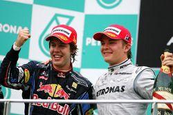 Podio: ganador de la carrera Sebastian Vettel, Red Bull Racing y el tercer lugar Nico Rosberg Merced