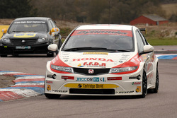 Gordon Shedden Honda Racing Honda Civic devant Phil Glew Triple Eight Racing Vauxhall Vectra