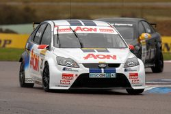 Tom Onslow-Cole Team AON Ford Focus devant Phil Glew Triple Eight Racing Vauxhall Vectra
