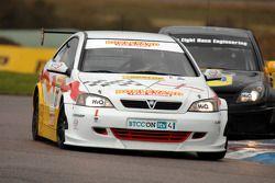 Martin Johnson Team Boulevard Vauxhall Astra Coupe devant Phil Glew Triple Eight Racing Vauxhall Vec