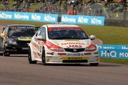 Gordon Shedden Honda Racing Honda Civic devant Fabrizio Giovanardi Triple Eight Racing Vauxhall Vectra