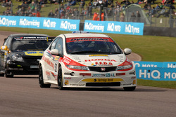 Gordon Shedden Honda Racing Honda Civic devant Fabrizio Giovanardi Triple Eight Racing Vauxhall Vectra