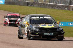 Phil Glew Triple Eight Racing Vauxhall Vectra devant Dave Pinkney Pinkney Motorsport Vauxhall Vectra