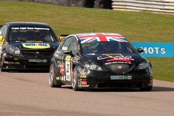 Tom Boardman Special Tuning UK Seat Leon devant Phil Glew Triple Eight Racing Vauxhall Vectra