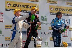 Mat Jackson, Fabrizio Giovanardi en Jason Plato met champagne