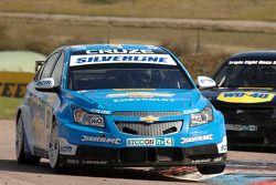 Alex MacDowall Silverline Chevrolet Cruze devant Phil Glew Triple Eight Racing Vauxhall Vectra
