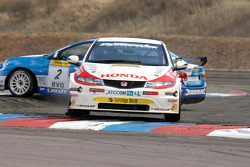 Jason Plato Silverline Chevrolet Cruze en Matt Neal Honda Racing Honda Integra maken contact in de chicane