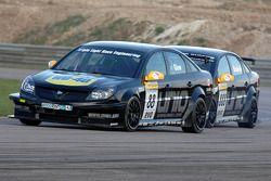 Phil Glew Triple Eight Racing Vauxhall Vectra devant son équipier Fabrizio Giovanardi