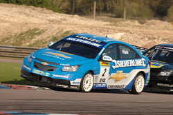 Jason Plato Silverline Chevrolet Cruze devant Fabrizio Giovanardi Triple Eight Racing