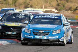 Jason Plato Silverline Chevrolet Cruze se défend devant Fabrizio Giovanardi Triple Eight Racing Vauxhall Vectra