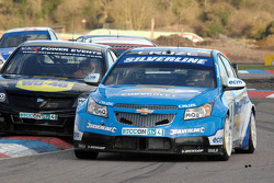 Jason Plato Silverline Chevrolet Cruze se défend devant Fabrizio Giovanardi Triple Eight Racing Vauxhall Vectra