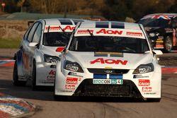 Tom Onslow-Cole Team AON Ford Focus voor ploegmaat Tom Chilton