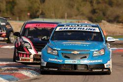 Alex MacDowall Silverline Chevrolet Cruze devant Dave Pinkney Pinkney Motorsport Vauxhall Vectra