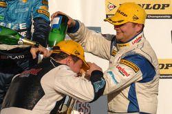 Team mates Mat Jackson Airwaves BMW et Steven Kane font la fête sur le podium
