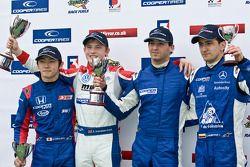 2e plaats Daisuke Nakajima, race winnaar Rupert Svendsen-Cook, National Class winnaar Manesheh Iadaf