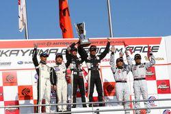 GT300 podium: winnaar #46 Up Start Mola Z: Naoki Yokomizo, Tsubasa Abe, tweede plaats: #2 Apple K-on