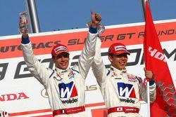 Podium GT500 : vainqueur #18 Weider HSV-010: Takashi Kogure, Loic Duval