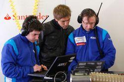 Vitaly Petrov discute avec Sergio Perez
