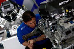 Un mécanicien DPR au travail