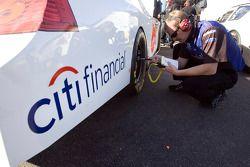 Un mécanicien de la #16 Roush Fenway Racing Ford procède à des ajustements
