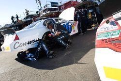 Les mécaniciens du Roush Fenway Racing Ford procèdent à des ajustements