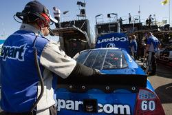 Un mécanicien se tient derrière la #60 Copart Ford