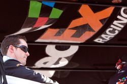 Casey Mears assis au dessus du stand #11