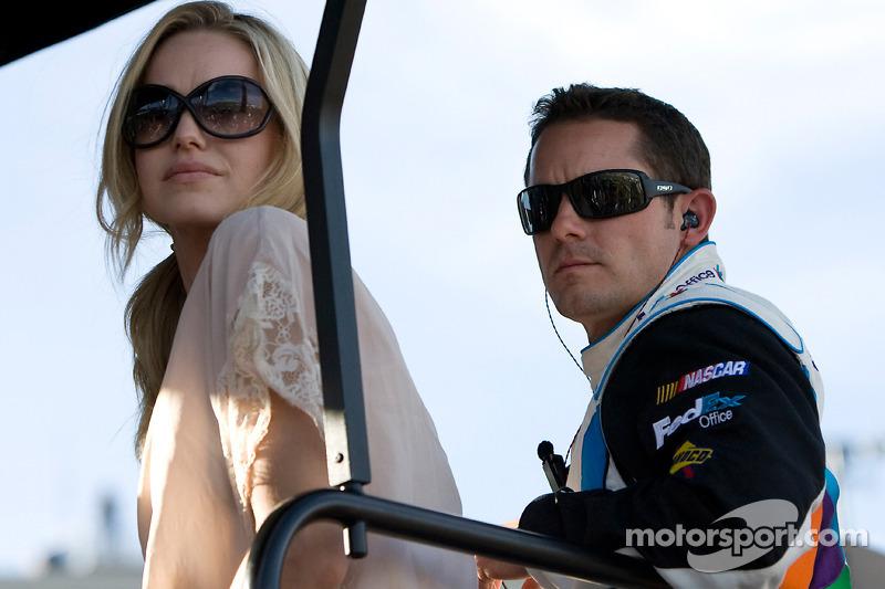 Casey Mears en zijn vrouw zitten bovenop de No. 11 pitbox