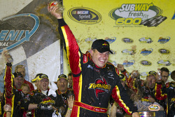Victory lane: race winnaar Ryan Newman, Stewart-Haas Racing Chevrolet