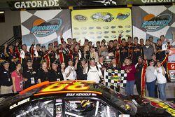Victory lane: vainqueur Ryan Newman, Stewart-Haas Racing Chevrolet fête son succès