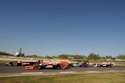 Will Power, Team Penske devant Helio Castroneves, Team Penske, Rapheal Matos, de Ferran Luzco Dragon Motorsports et Ryan Briscoe, Team Penske