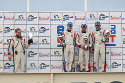 LMGT1 podium: klassewinnaars Gabriele Gardel, Patrice Goueslard en Julien Canal