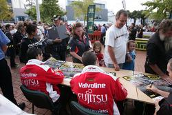V8 Supercar les pilotes signent des autographes