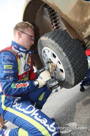 Jari-Matti Latvala s'entraîne aux changements de pneus