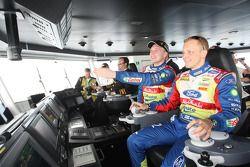 Jari-Matti Latvala et Mikko Hirvonen guident le bateau commandé par les organisateurs pour faire tra