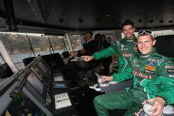 Matthew Wilson et Scott Martin guident le bateau commandé par les organisateurs pour faire traverser les voitures depuis la zone officielle à Pendik