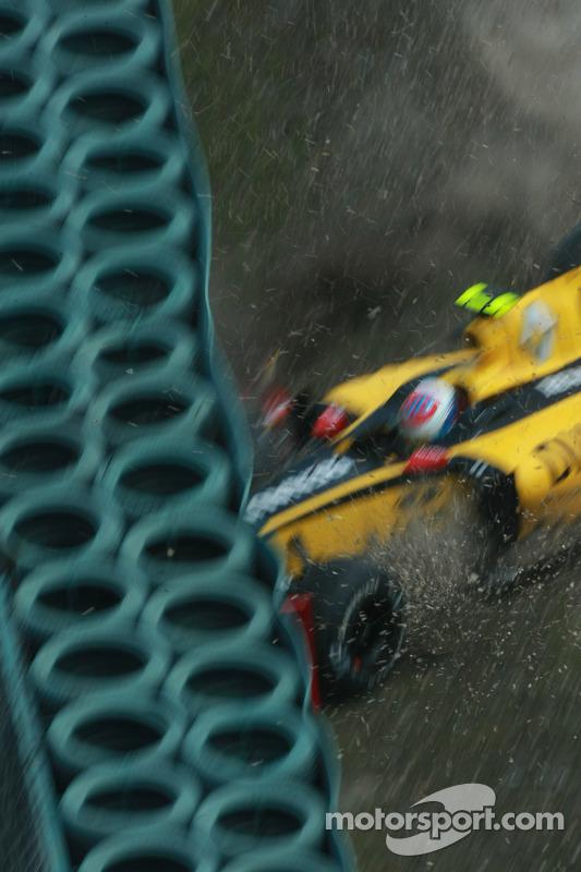 Vitaly Petrov, Renault F1 Team crash