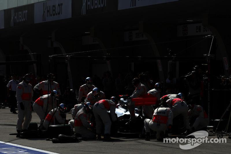 Jenson Button'ın Red Bull pitine girişi