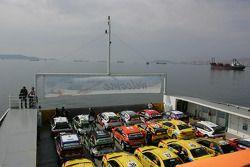 Le bateau commandé par les organisateurs pour faire traverser les voitures depuis la zone officielle de Pendik
