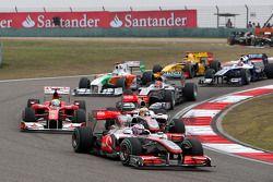 Дженсон Баттон, McLaren Mercedes едет впереди Льюиса Хэмилтона, McLaren Mercedes