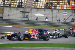 Sebastian Vettel, Red Bull Racing y Michael Schumacher, Mercedes GP