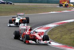Фернандо Алонсо, Scuderia Ferrari едет впереди Адриана Сутиля, Force India F1 Team