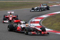 Льюис Хэмилтон, McLaren Mercedes едет впереди Фелипе Массы, Scuderia Ferrari