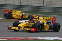Robert Kubica, Renault F1 Team leads Vitaly Petrov, Renault F1 Team
