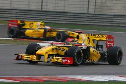 Роберт Кубица, Renault F1 Team едет перед Виталием Петровым, Renault F1 Team