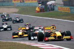 Роберт Кубица, Renault F1 Team едет впереди Адриана Сутиля, Force India F1 Team