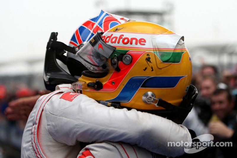 Yarış galibi Jenson Button, McLaren Mercedes, kutlama yapıyor ve 2. Lewis Hamilton, McLaren Mercedes