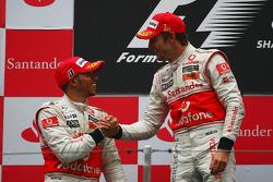 Podio: ganador de la carrera Jenson Button, McLaren Mercedes, con Lewis Hamilton, McLaren Mercedes