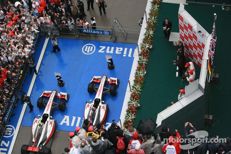 Podyum: Yarış galibi Jenson Button, McLaren Mercedes, ve 2. Lewis Hamilton, McLaren Mercedes