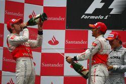 Podium: Sieger Jenson Button mit Lewis Hamilton und Nico Rosberg